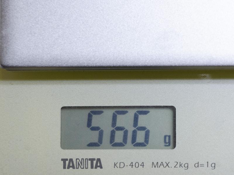 重量は実測で566g。旧モデルが実測で542gなので若干重くなっている