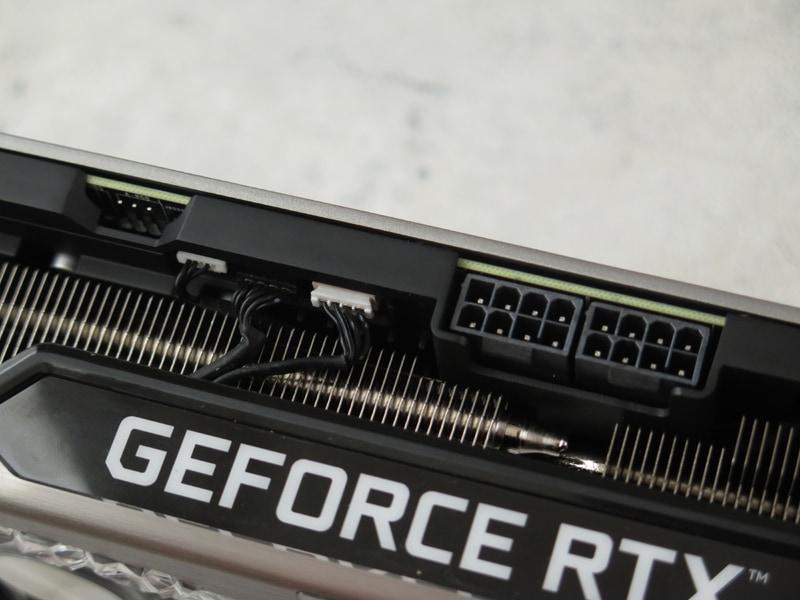補助電源は8ピン×2。マザーボードのARGB制御と同期するためのピンヘッダも見える