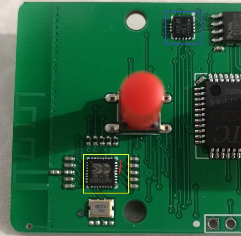 黄色がBluetoothコントローラ、青が加速度センサー。カッターで赤線に沿って2つの電源線を切ればBluetoothは無効になる