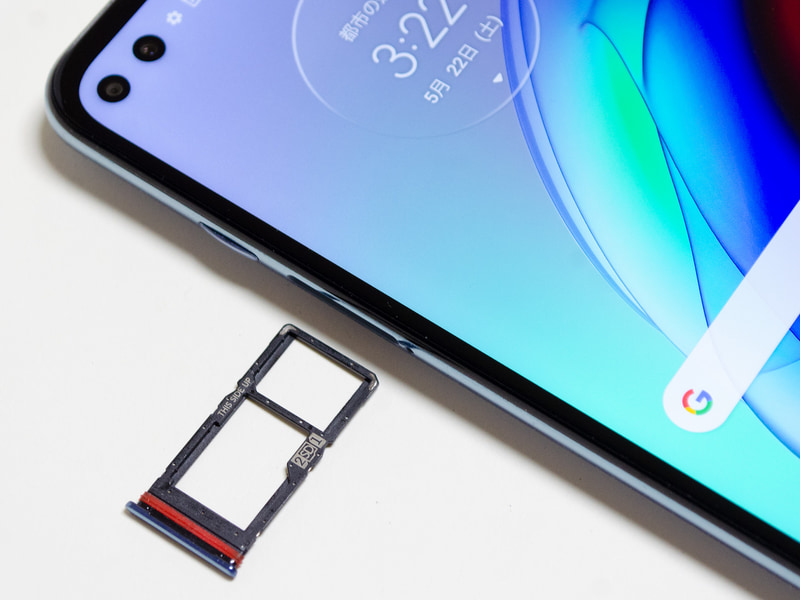 Nano SIMスロット付近。奥がSIM1、手前がSIM2/microSDカード