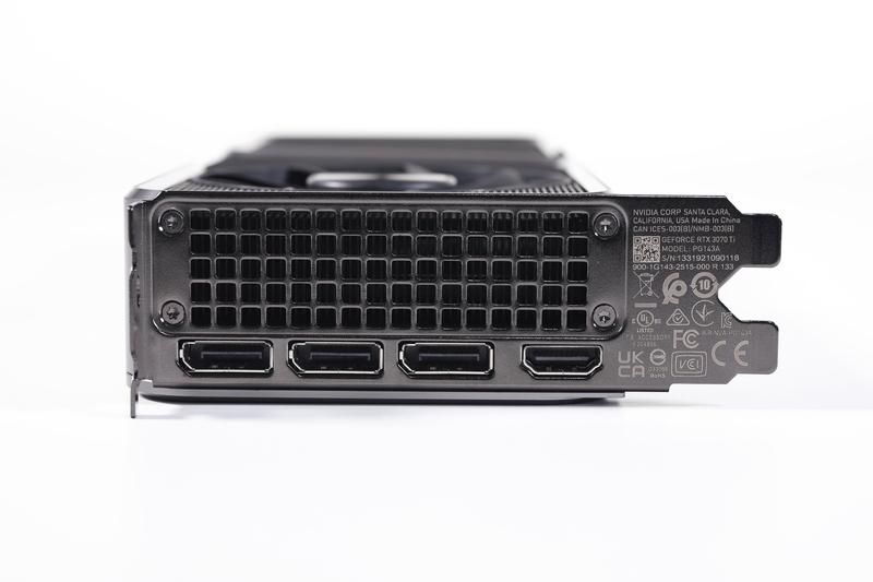 画面出力端子は、DisplayPort(3基)と、HDMI 2.1