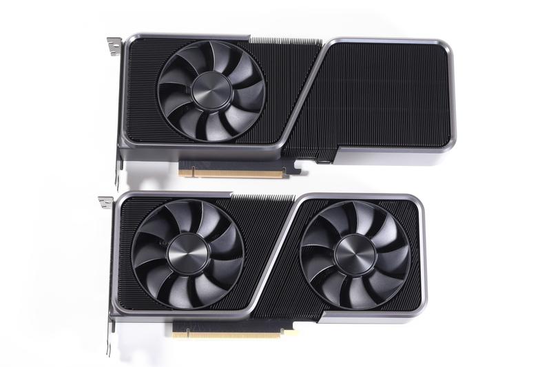 GeForce RTX 3070 Founders Edition(写真下側)と並べたところ。従来設計の流用ではなく、新設計を採用している