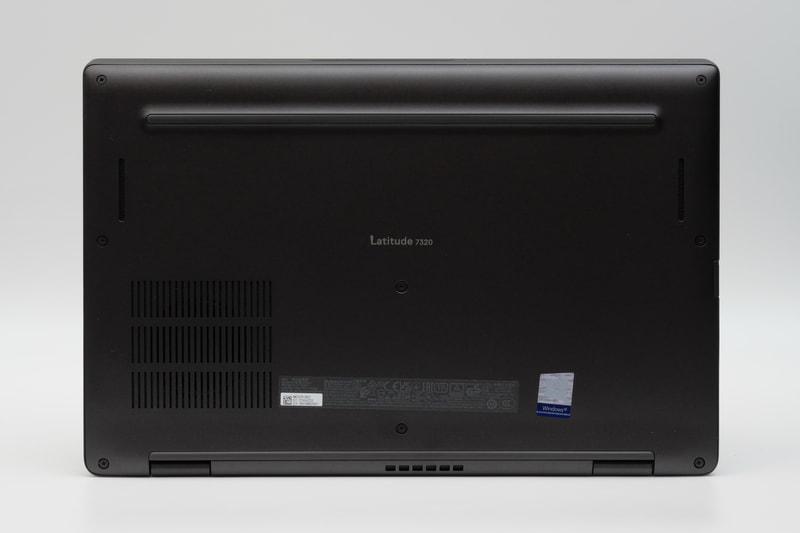 底面、フットプリントは306.5×199.5mm(幅×奥行き)と、13.3型モバイルノートPCとして十分にコンパクトだ