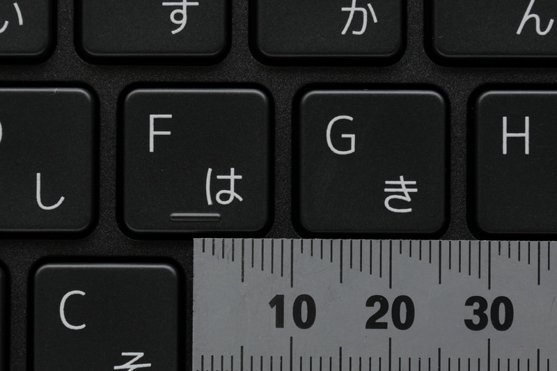 主要キーのキーピッチは約18mm。フルピッチではないが、まずまずゆったりタイピングできる