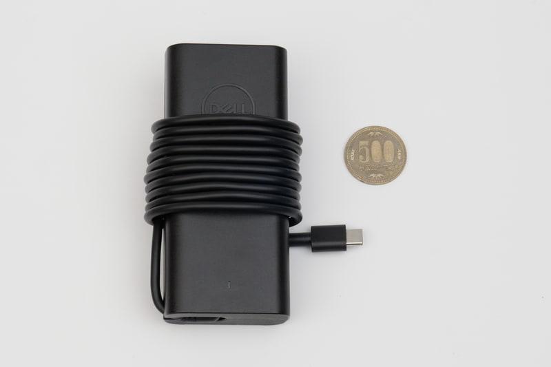 付属ACアダプタはUSB Tyye-C接続で、本体のThunderbolt 4に接続して利用する
