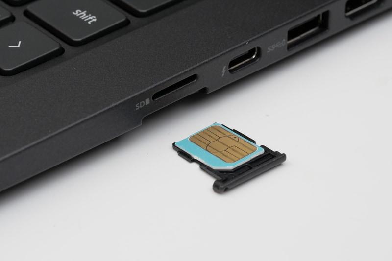 ワイヤレスWAN搭載モデルでは、右側面にMicro SIM対応のSIMカードスロットを用意