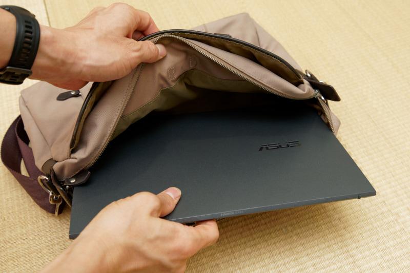 一般的なサイズのビジネスバッグに余裕で収まる