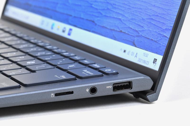 右側面にはmicroSDカードスロット、ヘッドセット端子、USB Type-Aポート