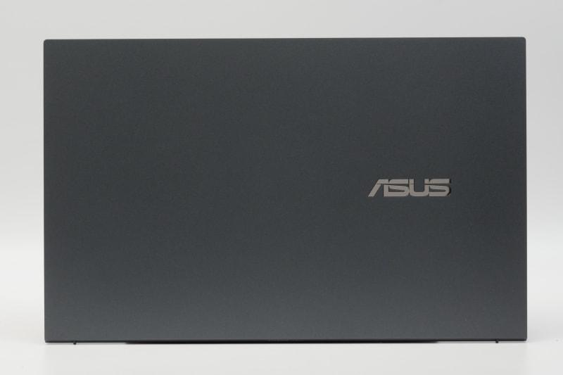 天板。ZenBookシリーズではあるが同心円状ヘアライン処理が施されておらず、見た目の印象はやや地味だが、完成度は申し分ない