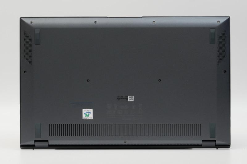 底面。フットプリントは319×201mm(幅×奥行き)と、14型モバイルノートとしてはかなりコンパクトだ