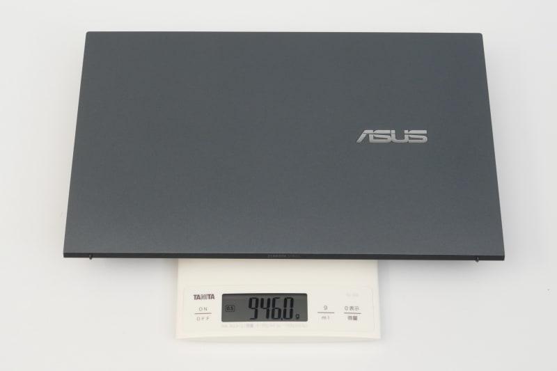 重量は実測で945gとなかなかの軽さで、手に持っても非常に軽く感じる