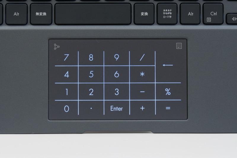 右上角のテンキーアイコンを長タップすると、パッド面にテンキーが現れる。また左上角から内スワイプでWindows標準の電卓アプリが起動する