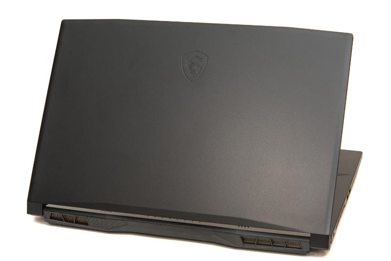 天板にはMSIのロゴが刻印されているが、全体はブラックで統一されており、ゲーミングノートPCとしては極めて落ち着いた仕上がり