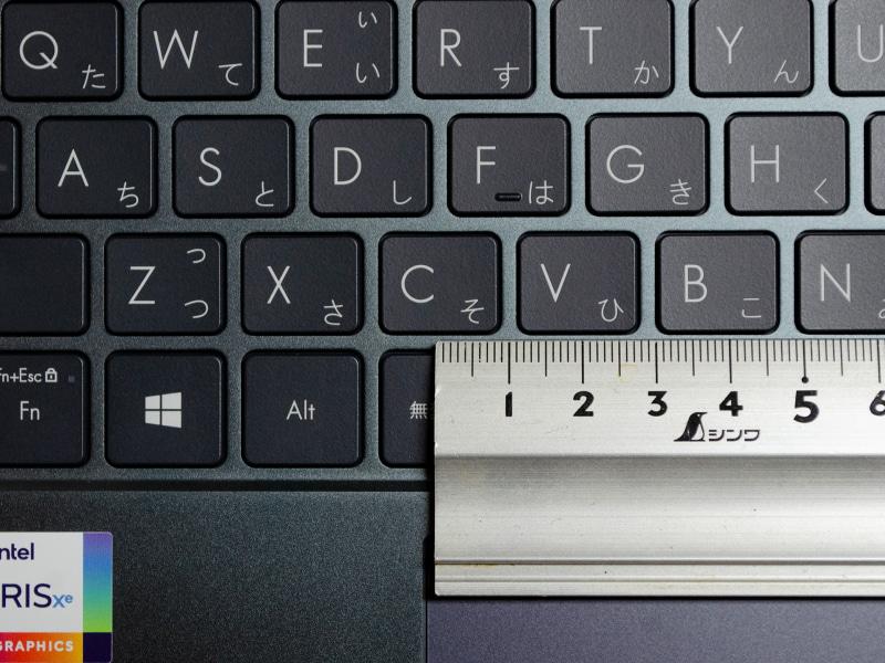 主要キーのキーピッチは実測で約19mm。[ESC]、[半角/全角]キーのピッチが狭い