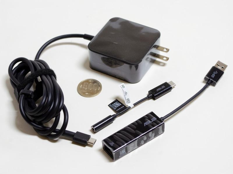 ACアダプタ、USB接続Gigabit Ethernetアダプタ、3.5mmジャックType-C変換アダプタ。ACアダプタはサイズ約62×62×28mm(幅×奥行き×高さ)、重量222g、出力5V/3A、9V/3A、15V/3A、20V/3.25Aの65Wタイプ。プラグの部分は折り畳めない