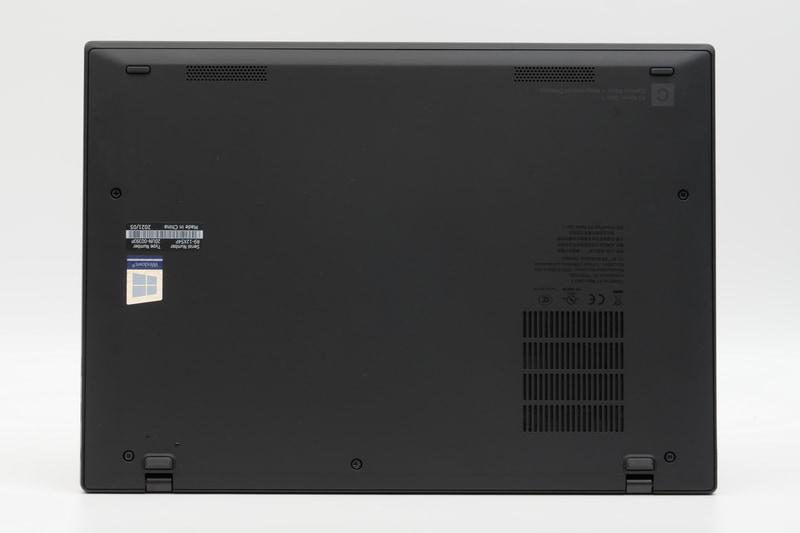 底面。フットプリントは292.8×207.7mm(幅×奥行き)と12型クラスのコンパクトさとなっている