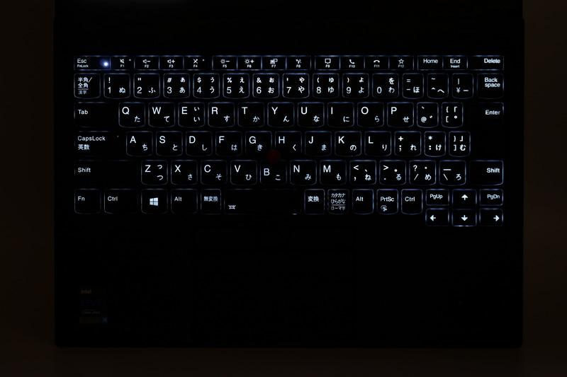 キーボードバックライトも搭載しているため、暗い場所でのタイピングも快適