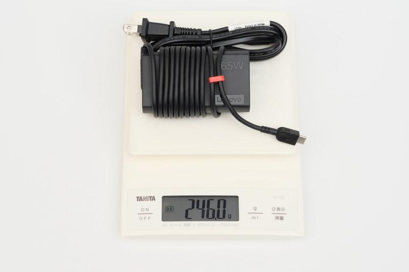 ACアダプタの重量は、付属電源ケーブル込みで実測246gだった