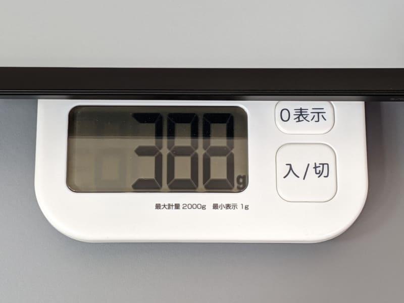 重量は実測388g。ほぼ同等サイズのFire HD 10やiPadと比べると100g近く軽い