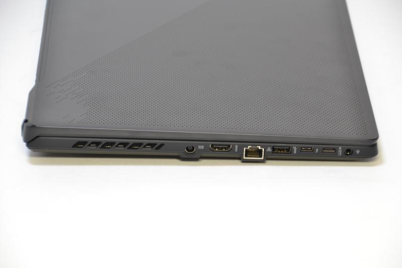 左側面は電源端子、HDMI、Gigabit Ethernet、USB Type-A、Thunderbolt 4、USB Type-C、ヘッドフォン/マイク端子