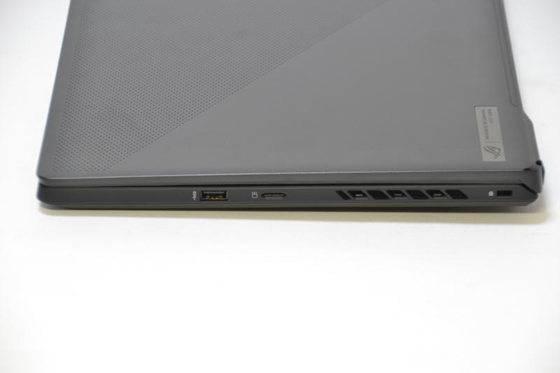 右側面はUSB Type-A、microSDXCスロット