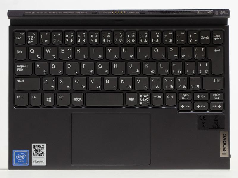 キーボードはJIS配列73キー。タッチパッドは1枚プレート式。右下側近くにあるボタンはBluetooth接続用