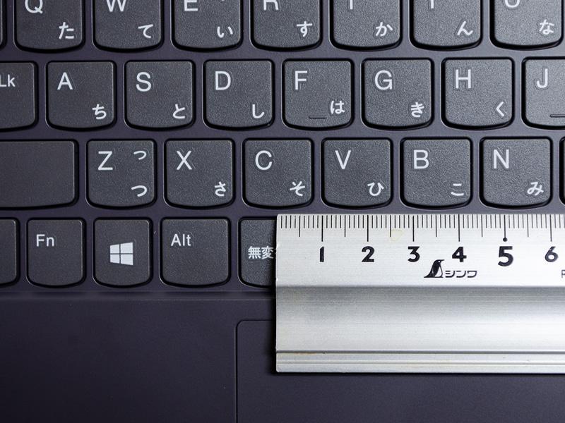 キーピッチは実測で約18mm。数字など一番上行が狭いのが気になる