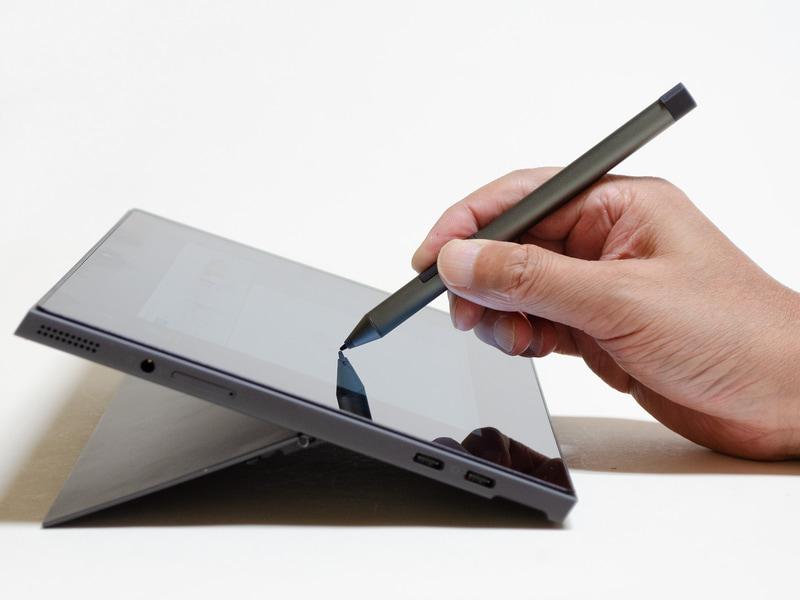 付属のペンと本体(タブレット)。傾きはこれが最大。ペン入力にちょうど良い。本体だけだと実測で601g。付属のデジタルペンは単6形電池1本を使用