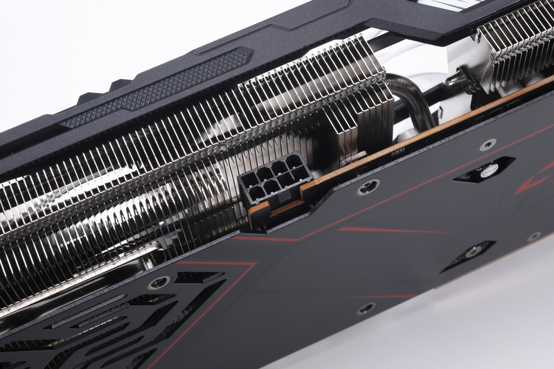 動作に必要な補助電源コネクタは8ピン(1基)