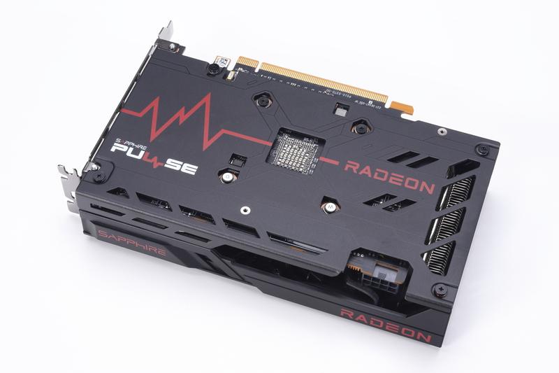 カード裏面には、基板全体を補強するバックプレートを装備