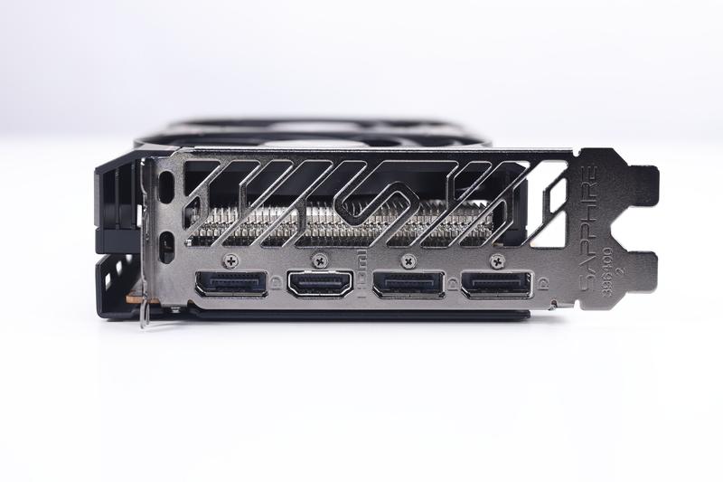 画面出力端子は、HDMI(1基)、DisplayPort(3基)