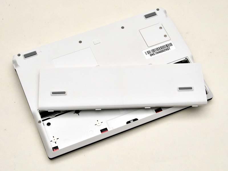 本体手前のパームレストの裏側に、薄型のリチウムイオンポリマーバッテリを搭載している