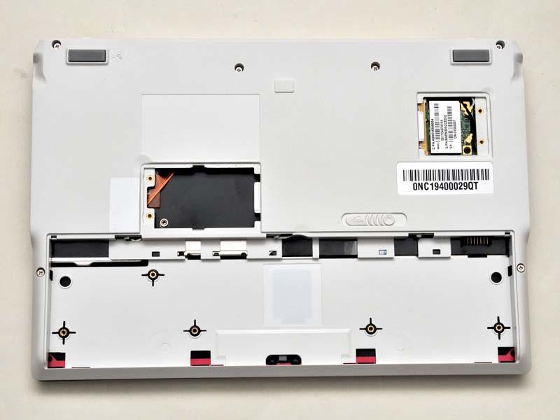 中央寄りのフタには中身がなく、右上のフタには無線LANカードが入っている