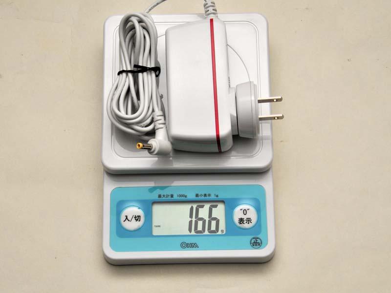 ACアダプタの重量は166g。実測では、本体と合わせても約1.1kgに収まる軽さだ