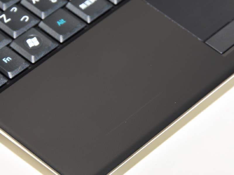 液晶を閉じるとパームレスト部分に線が付く。ただし、指でこすると消えるので安心してほしい