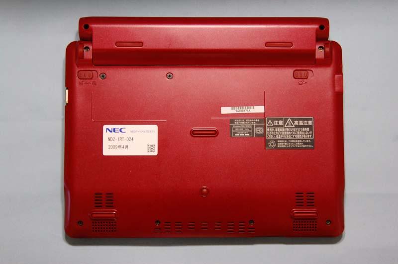 BL350/TA6の底面。メモリスロットのカバーなどはなく、すっきりしたデザインだ