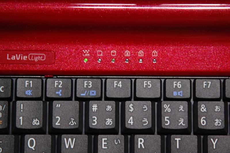 キーボードの左奥に、無線LANなどのインジケータが用意されている