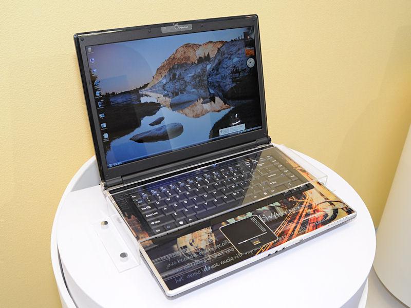 Core 2 Quad Q9000などを搭載可能な15.4型ノート「M860TU」。チップセットはIntel PM45で、GeForce GTX 260Mを組み合わせて使用。液晶解像度はWUXGAまで可能
