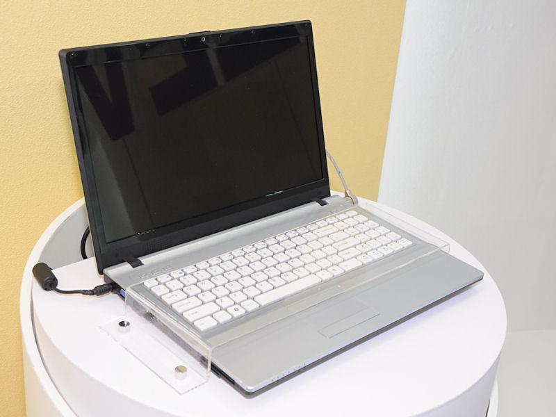 1,366×768ドットの15.6型液晶を採用する「W760TUN」。Core 2 Duo T9800などを使用可能で、チップセットはIntel PM45。グラフィック機能はGeForce G 105Mとなる