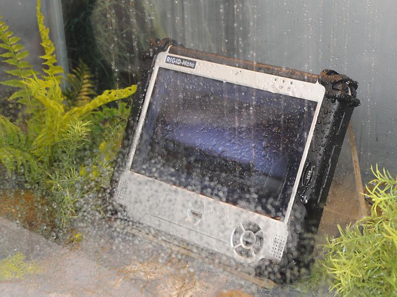 Atom Z540+US15WというMenlowプラットフォームのラグPC「T890M」。液晶は1,024×600ドットの8.9型でタッチパネルになっている