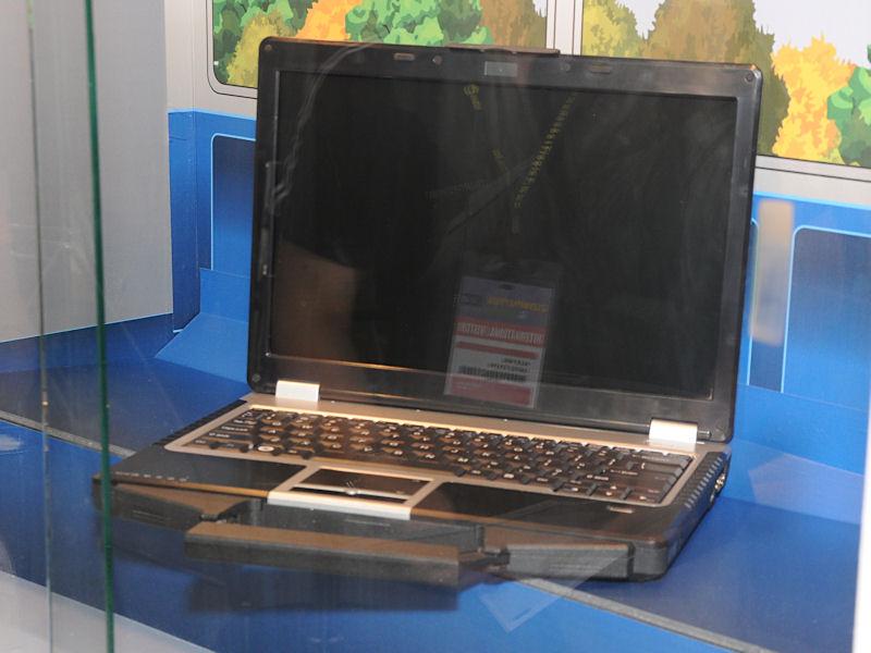CULV版のCore 2 Duo SU9300とIntel GS45を用いた「R130T」。液晶は1,280×800ドットの13.3型。キーボード部が防水仕様になっているのが特徴