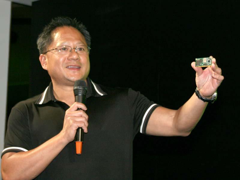 <small>チューインガムのパッケージサイズのTegra搭載システムボードを掲げるNVIDIA 社長兼CEO ジェン・スン・ファン氏</small>