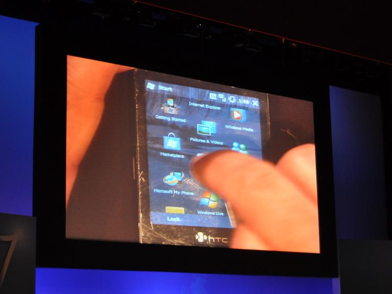 タッチパネル搭載のWindows Mobile搭載携帯電話も取り上げられた