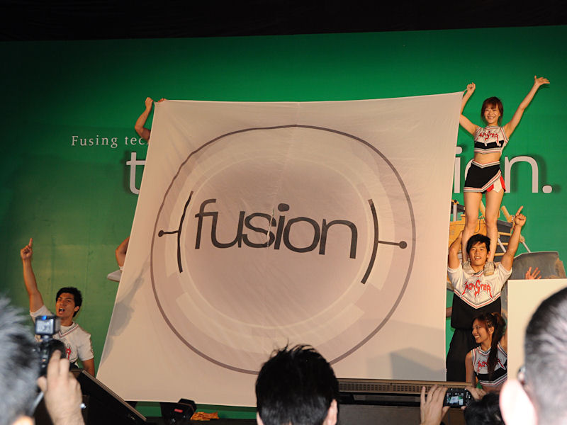 <small>「Fusion」の旗を掲げるチアリーダーのパフォーマンス</small>