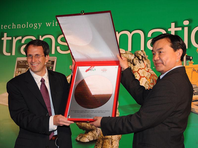 TSMCのWei氏(右)からBergman氏へ、TSMCの40nmプロセスで製造されたDirectX 11対応GPUのファーストシリコンが手渡された