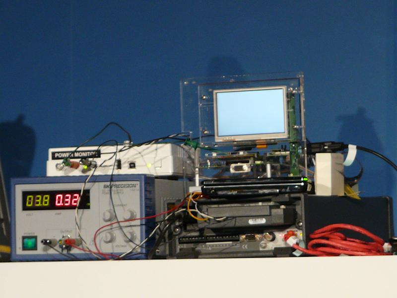 壇上でも計測器を用いて両者の消費電力を比較