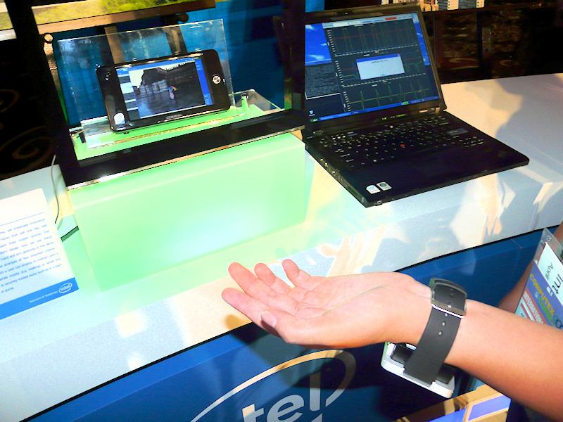 こちらはセンサーやマイク/スピーカーなどを内蔵した腕時計型のデバイスを振ったりすることで、アプリを起動したり、Skypeに応答して会話をするというデモ