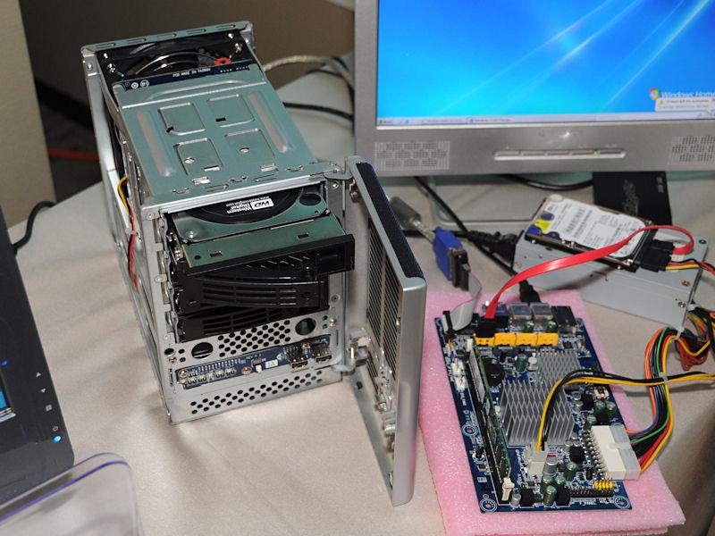 Pineviewを使用したNASで、3.5インチHDDを4台搭載可能。製品名などは公表されていない