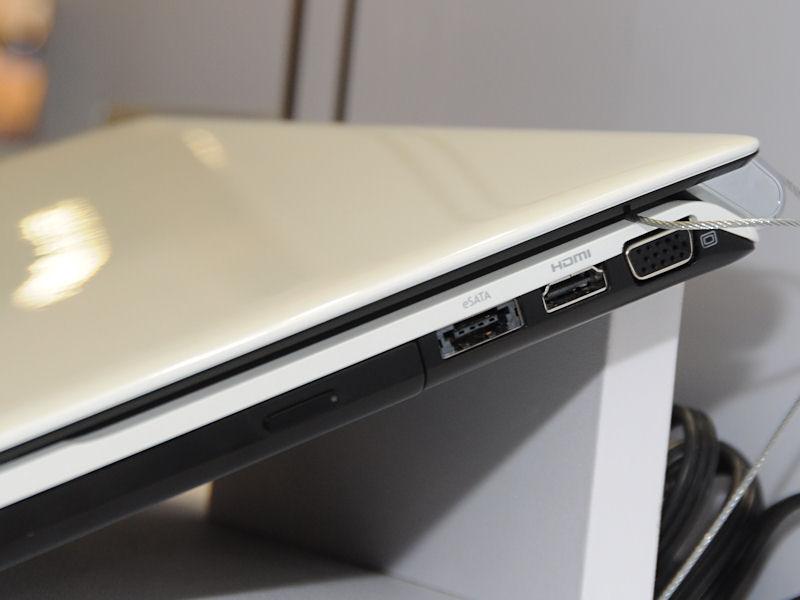 本体右側面には光学ドライブのほか、eSATA、HDMI、ミニD-Sub15ピンを備える