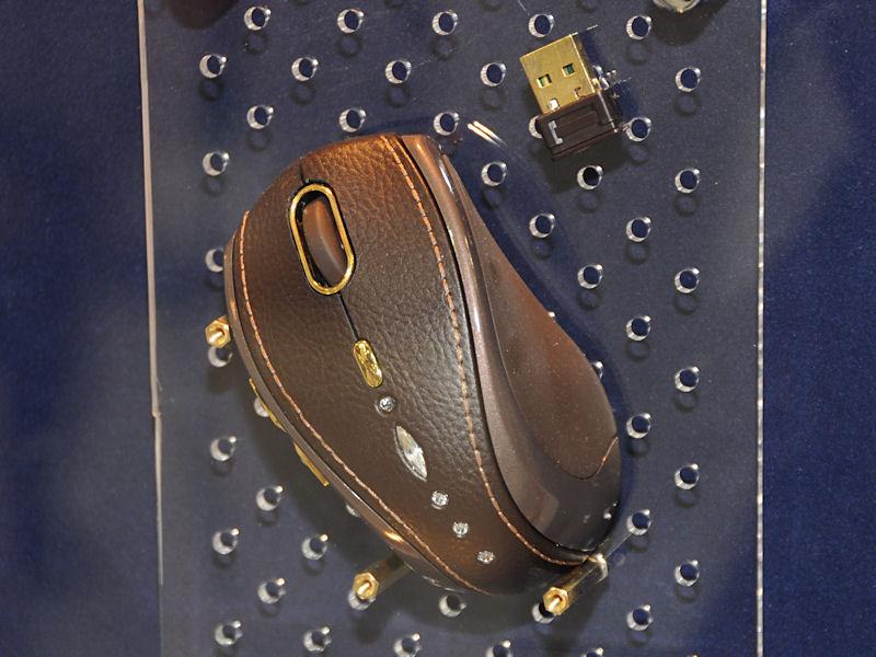 スワロフスキーのクリスタルと18金を用いた高級マウス「GM-M7800S」。皮だけは本物ではないとのこと。全世界1万個限定で発売される予定